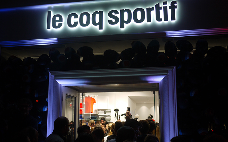 Article-Photo-Le-Coq-Sportif-Street-Marketing-Devanture-Nuit-Light