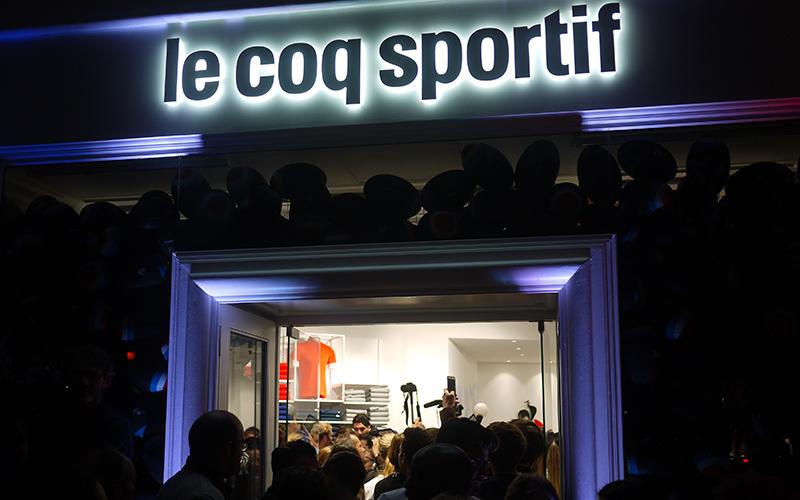 Article-Photo-Le-Coq-Sportif-Street-Marketing-Devanture-Nuit-Light
