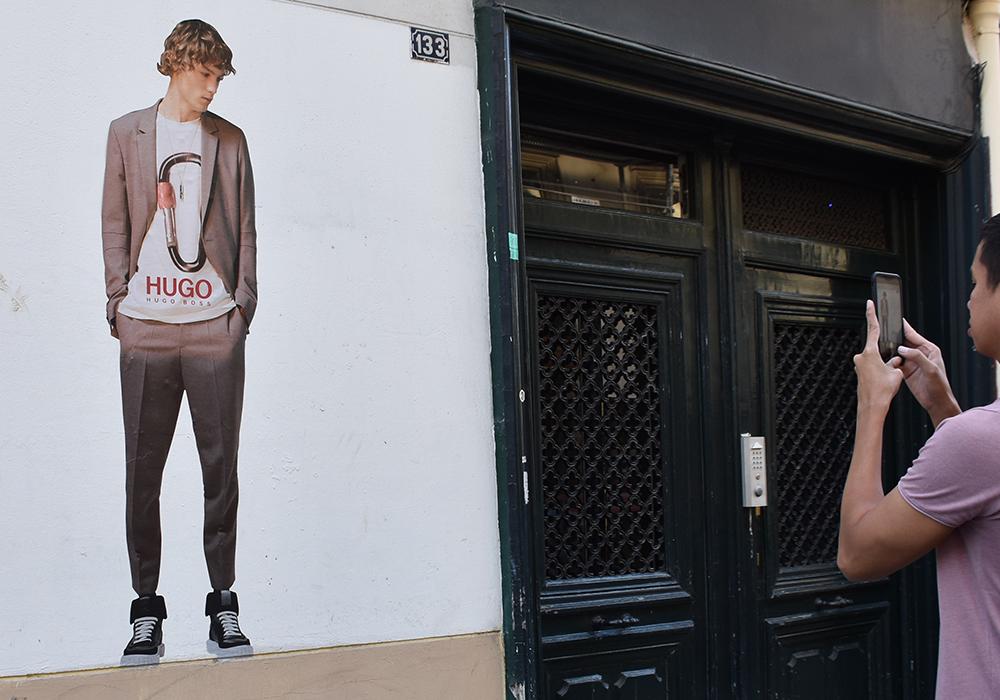 Human Stickering HUGO Paris