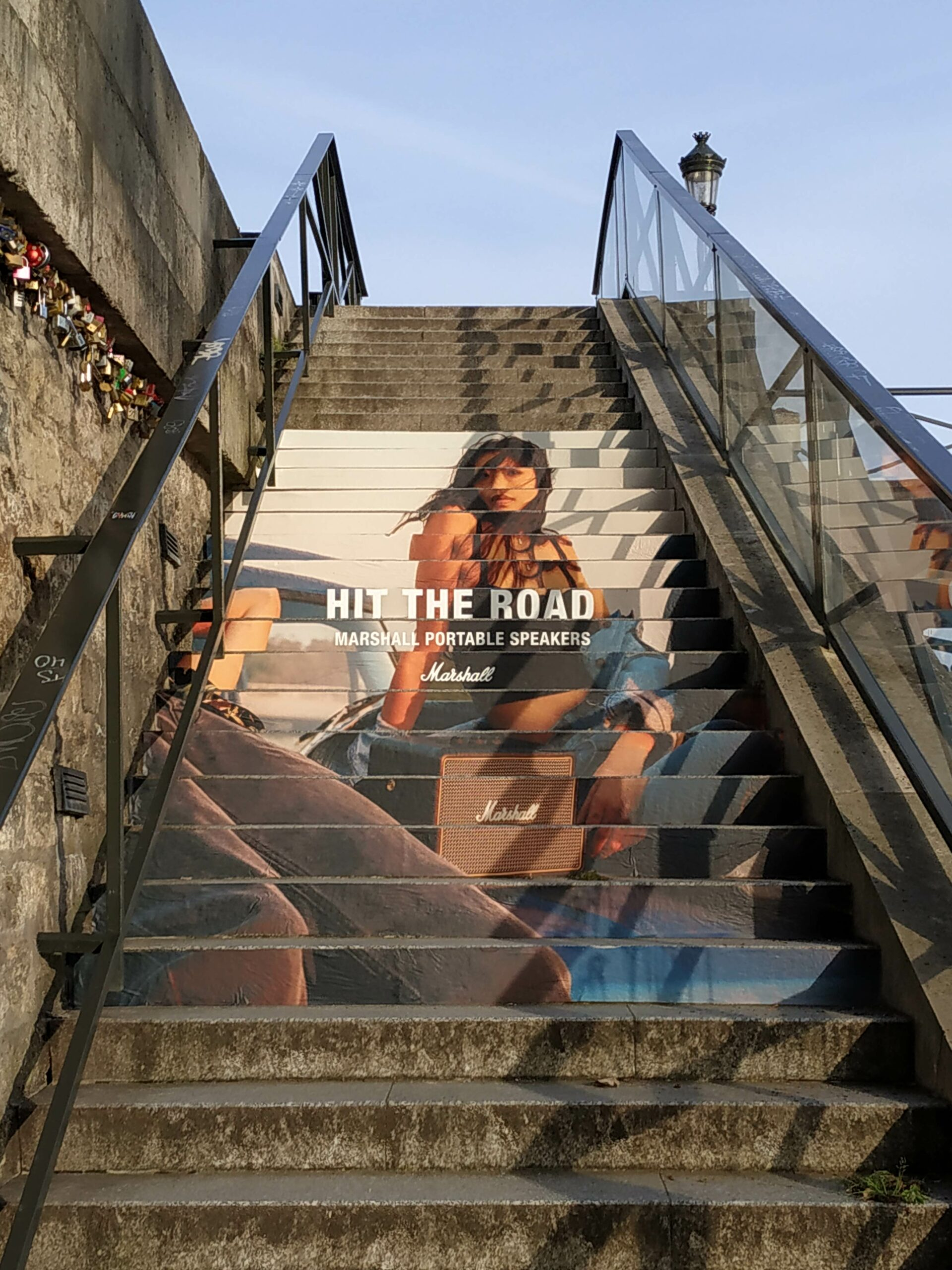 Anolis s'occupe de vos contenus street marketing avec le stair stickering